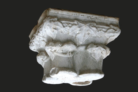 Grand chapiteau en marbre blanc St Béa XIII° L 55 x h 43 cm