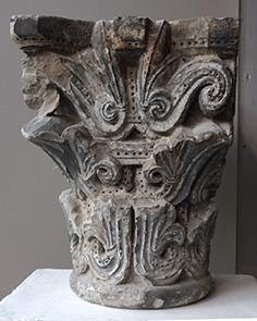 Chapiteau en pierre XII° siècle, pigments gris anciens H 29 cm