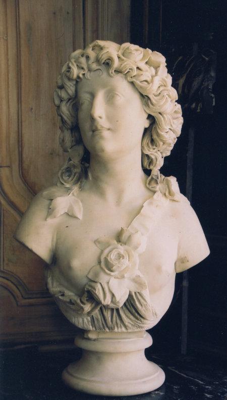 Buste de Flore en marbre blanc signé H 62 cm