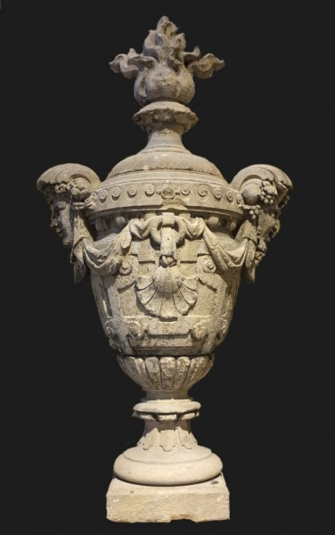 Exceptionnel grand pot à feu en pierre d'époque du XVII° H 185 cm