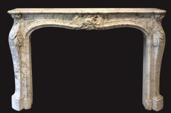 cheminée ancienne d'époque L XV en marbre blanc veiné L 146 x H 107 cm