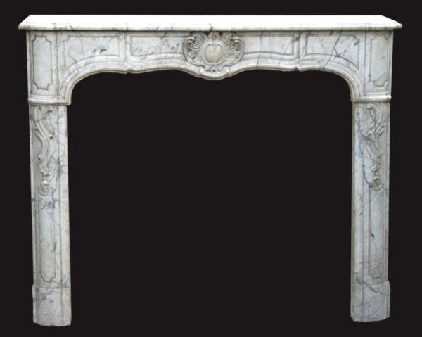 cheminée ancienne d'époque L XV en marbre blanc veiné de Carrare L 131 x H108 cm