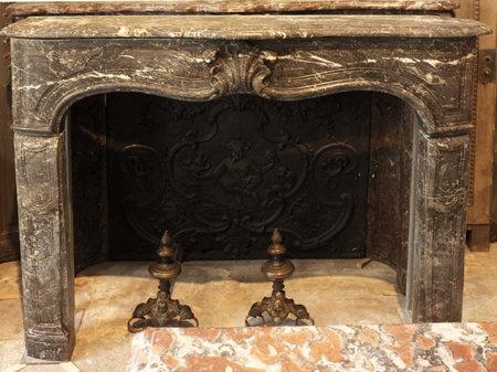 Cheminée ancienne d'époque Louis XV en marbre Sainte Anne L 136x H 106 cm
