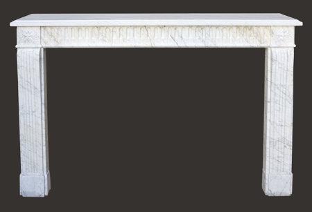 Cheminée ancienne en marbre blanc veiné d'époque Louis XVI L 145,5 x H 108 cm