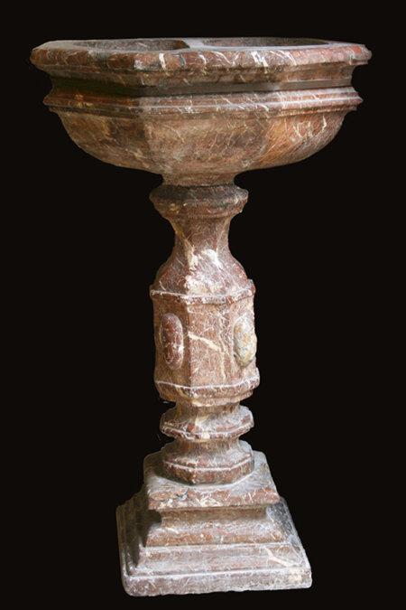 Vasque en marbre rouge veiné de blanc d'époque XVII°
